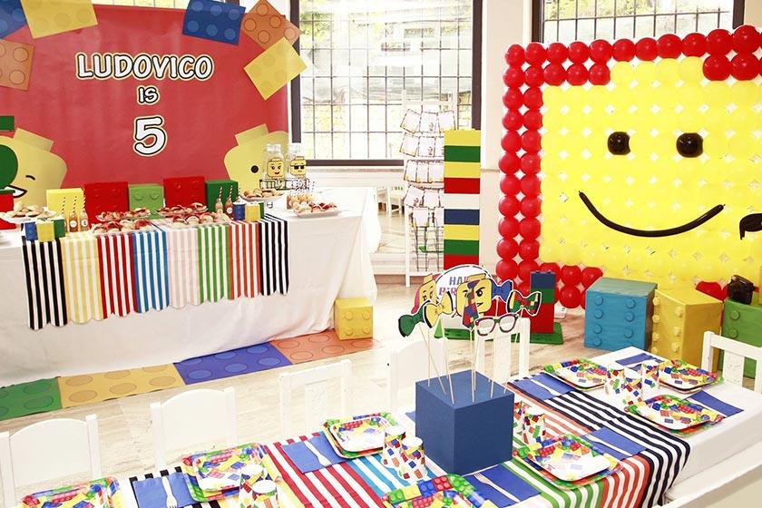 La mia festa a tema Lego è un trionfo di colori che stimola la creatività.